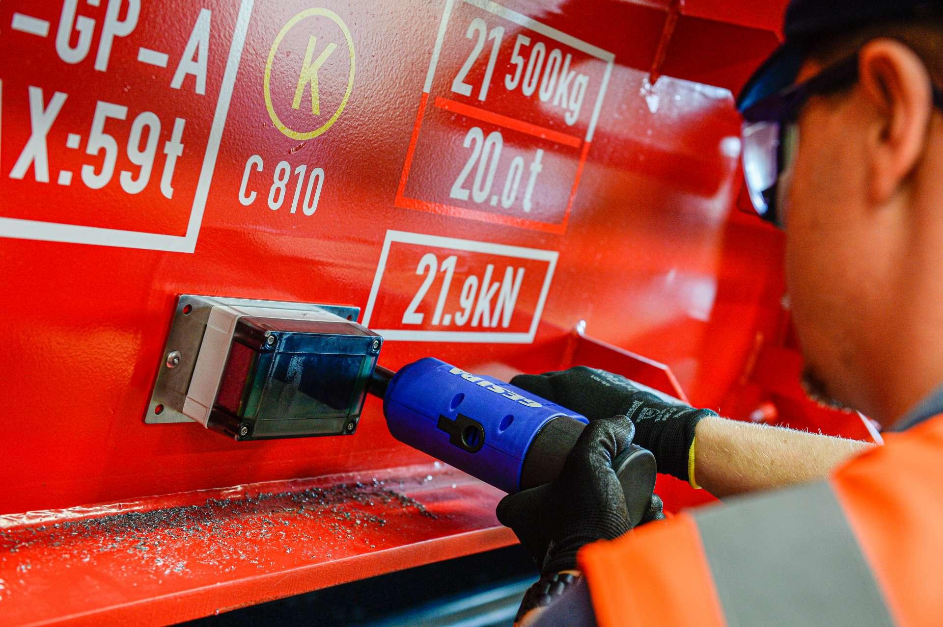 <p>Die Ausrüstung mit GPS und Sensorik verschafft den Kunden von DB  Cargo viele Vorteile. Mithilfe eines Telematikmoduls, GPS sowie  RFID- und NFC-Tags werden die analogen Güterwagen in die voll  vernetze digitale Welt überführt. Über Mobilfunk sendet der  ausgerüstete Wagen Signale während der Fahrt und bei Ereignissen  wie Start, Stopp oder Stößen. Daraus können verwertbare  Informationen zum Beladungszustand, Temperatur, Luftfeuchtigkeit  oder Bewegung bei sensiblen Ladegütern ermittelt werden.</p>  <p>Im Bild: Telematikbox wird am Wagen angebracht</p>